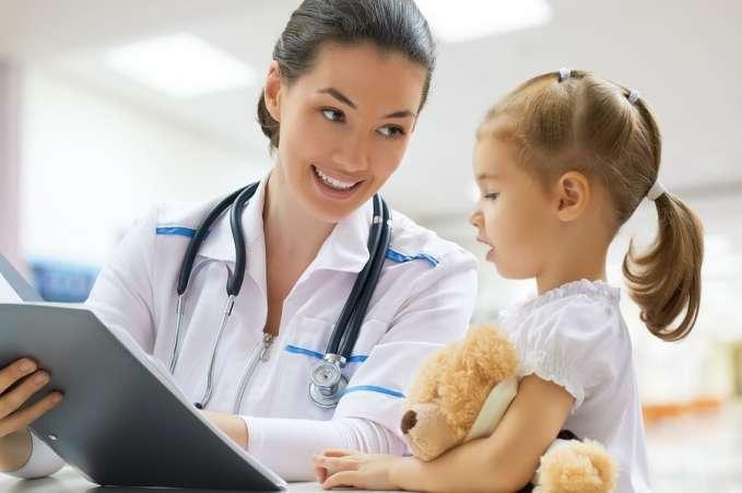 врач говорит с ребенком