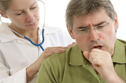 врач слушает легкие мужчины