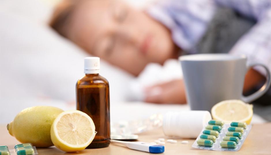 таблетки от простуды лежат на столе