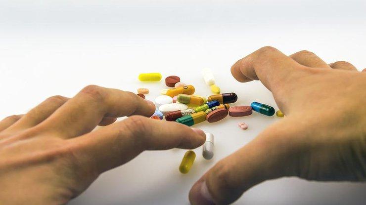 руки перебирают таблетки