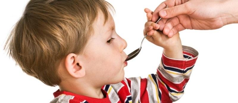 ребенок ест с ложки