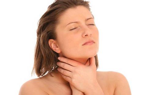 у девушки боль в горле