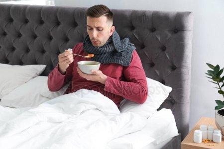 мужчина ест бульон