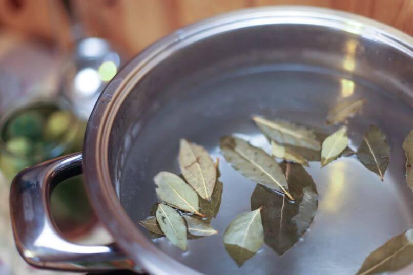 кастрюля с лавровым листом
