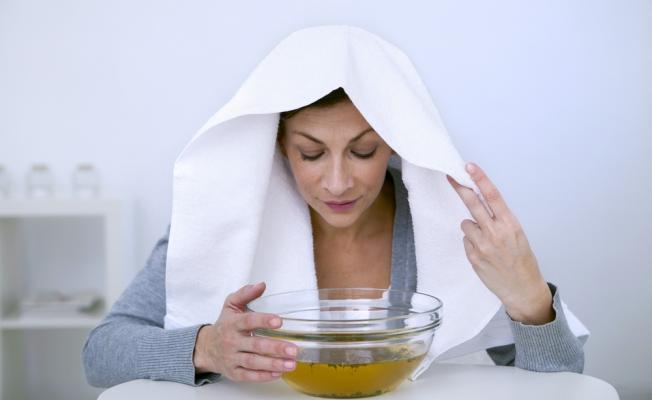 женщина дышет над миской с отваром