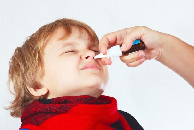 капают нос ребенку