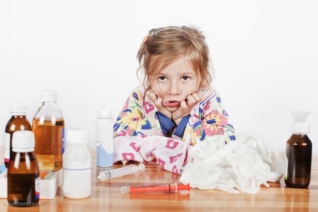 маленькая девочка и лекарства