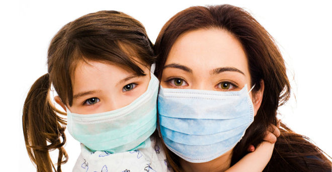 мама и дочь в маске