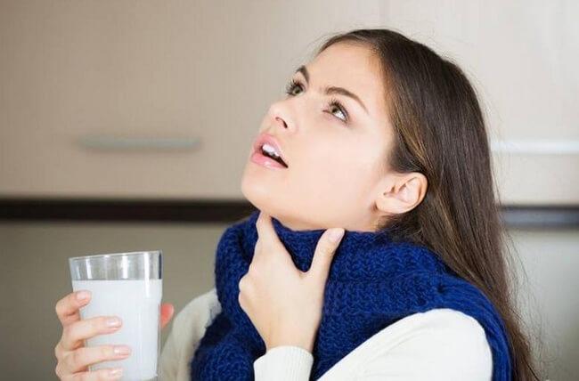 девушка полоскает горло