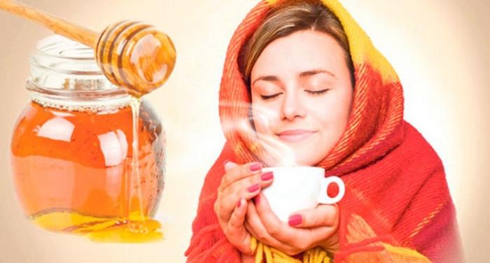 мед и девушка с чаем