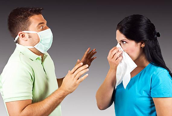 мужчина в маске и девушка с насморком