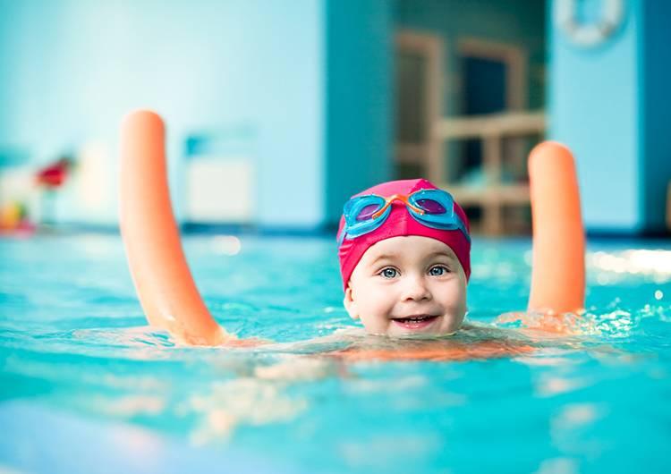 ребенок плавает в басейне
