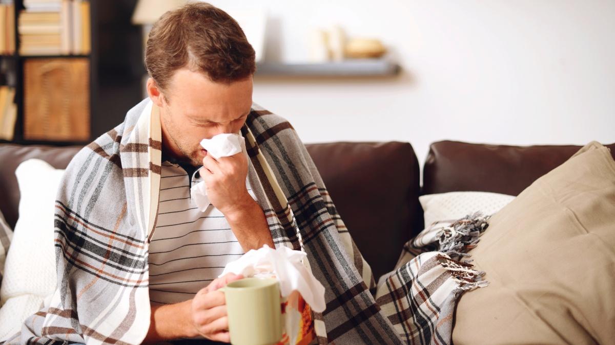 мужчина болеет простудой