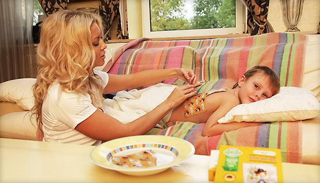 мама накладывает на ребенка горчичники