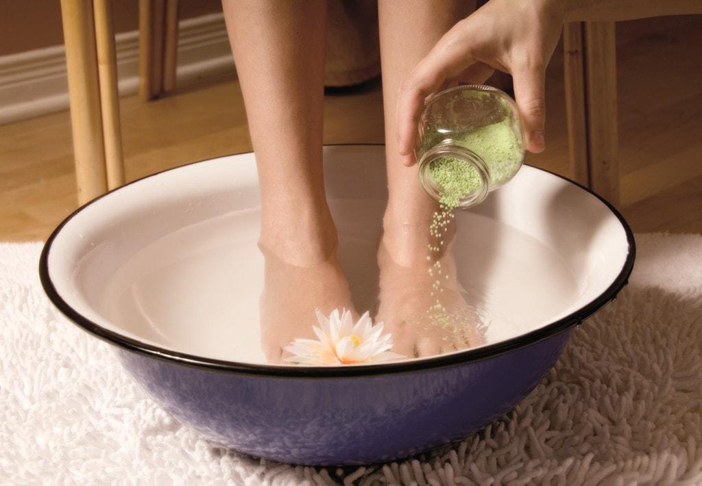 горчицу добавляют в ванночку для ног