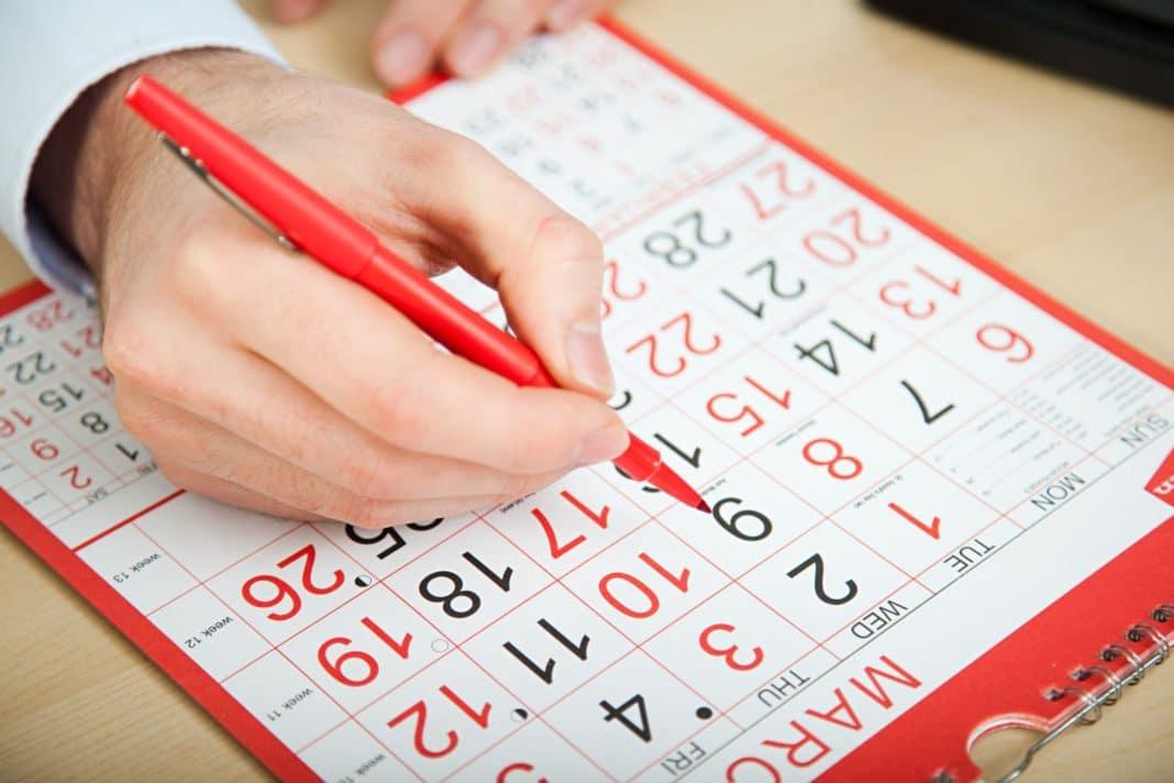 рука на календаре