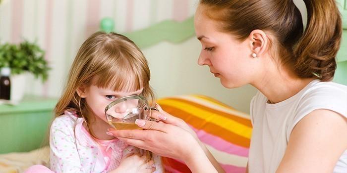 мама дает девочке лекарство