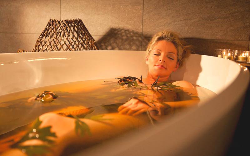 девушка в ванной с листьями
