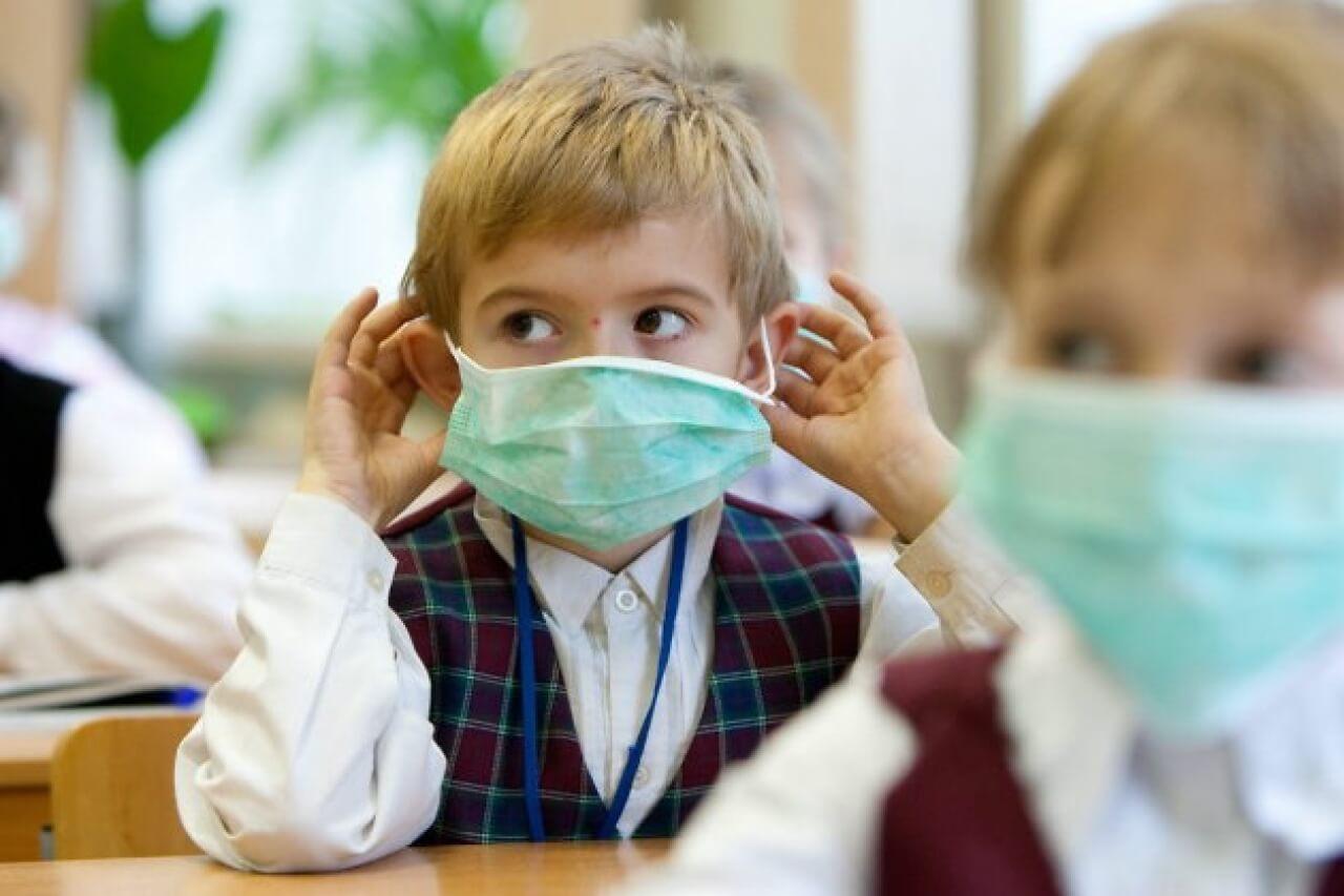 школьники в маске