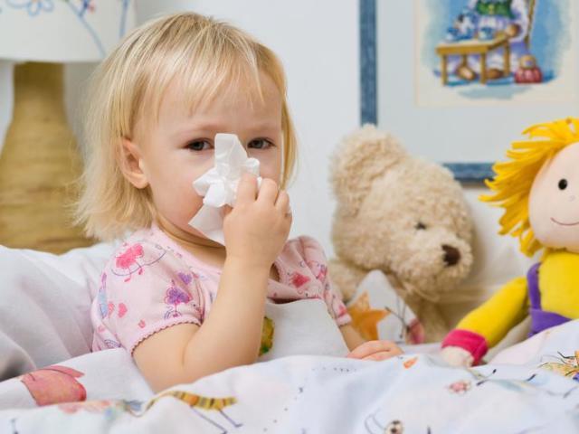 девочка болеет простудой