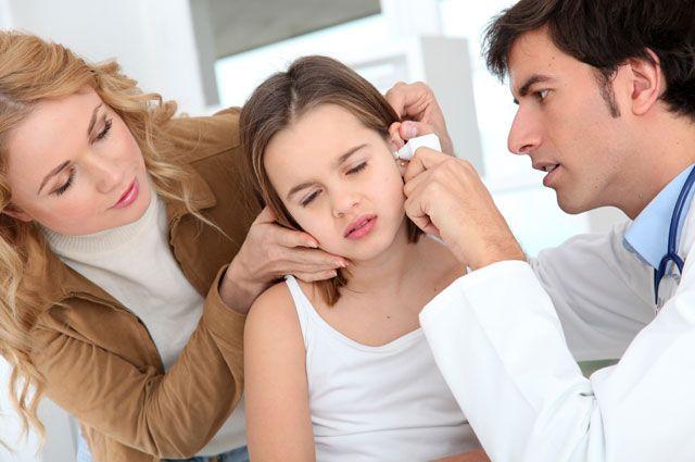 доктор закапывает девочке капли в ухо