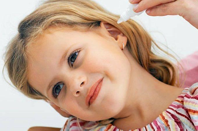 девочка закапывает в уши капли