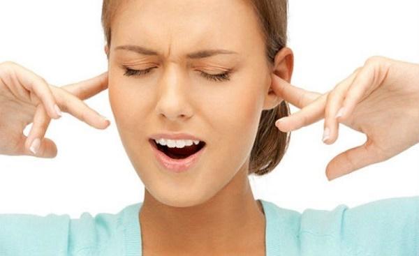 девушка затыкает уши