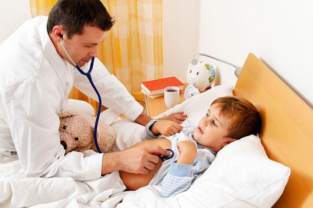 доктор осматривает мальчика в кровати