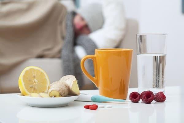 больная женщина, градусник, чай, таблетки
