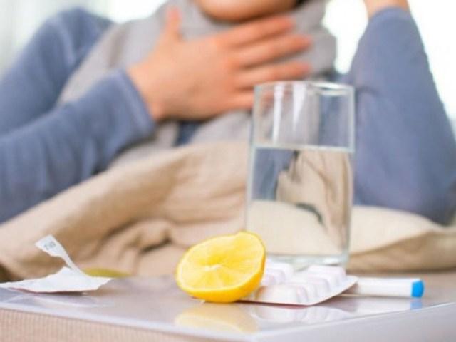 лимон таблетки и девушка с простудой