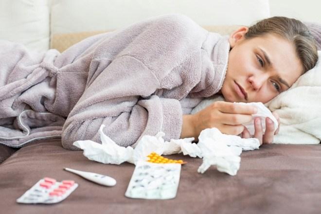 простуженная девушка лежит в халате