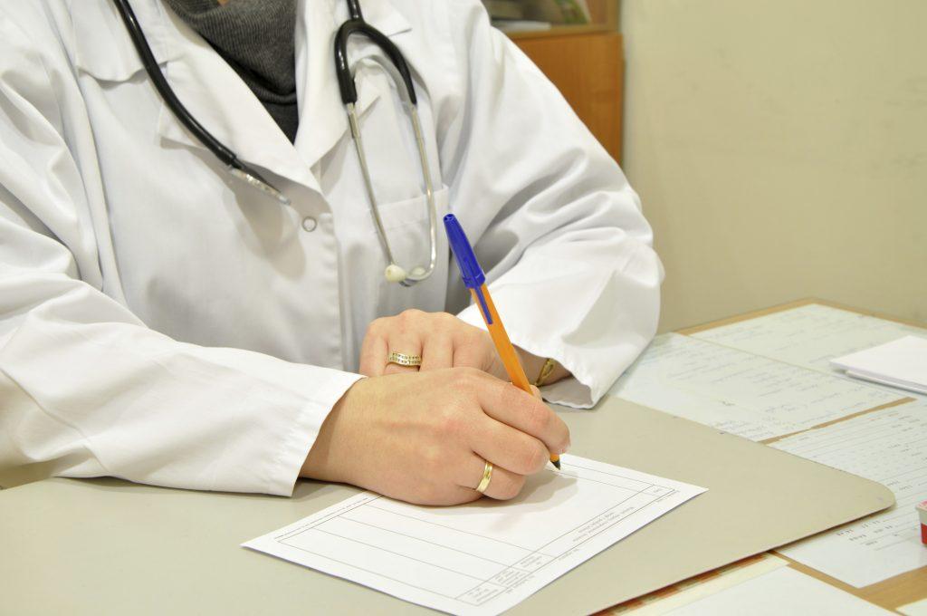 врач подписывает справку