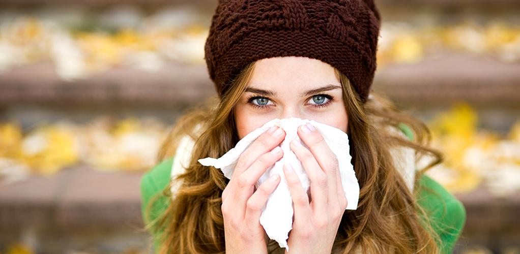 женщина болеет простудой