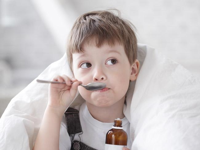 мальчик пьет сироп из ложки