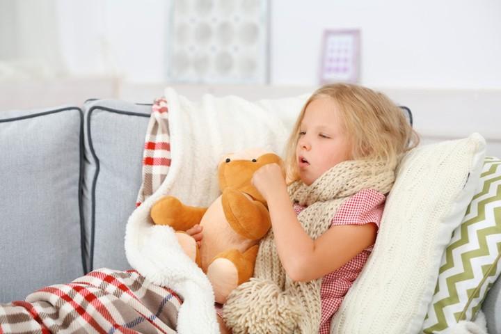 девочка кашляет в кровати