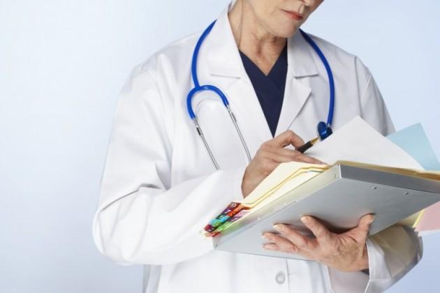 доктор с папкой