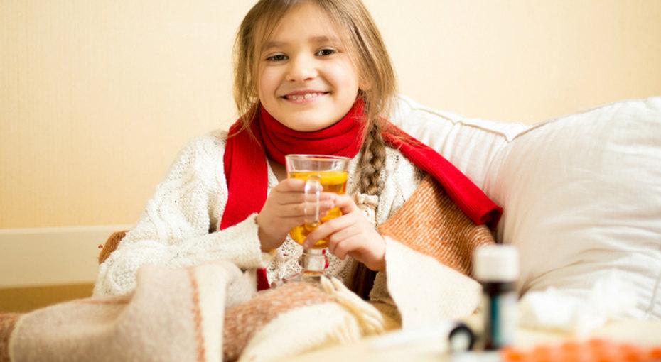 девочка в кровати с чаем