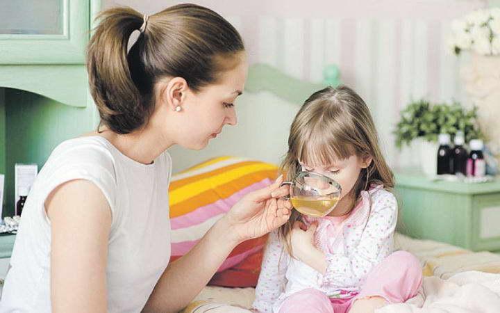 мама и дочка пьет чай