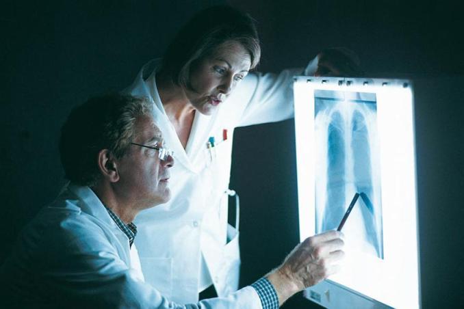 врачи изучают снимок легких
