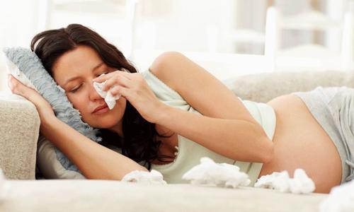 беременная девушка с насморком