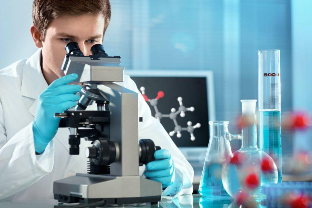 врач с микроскопом
