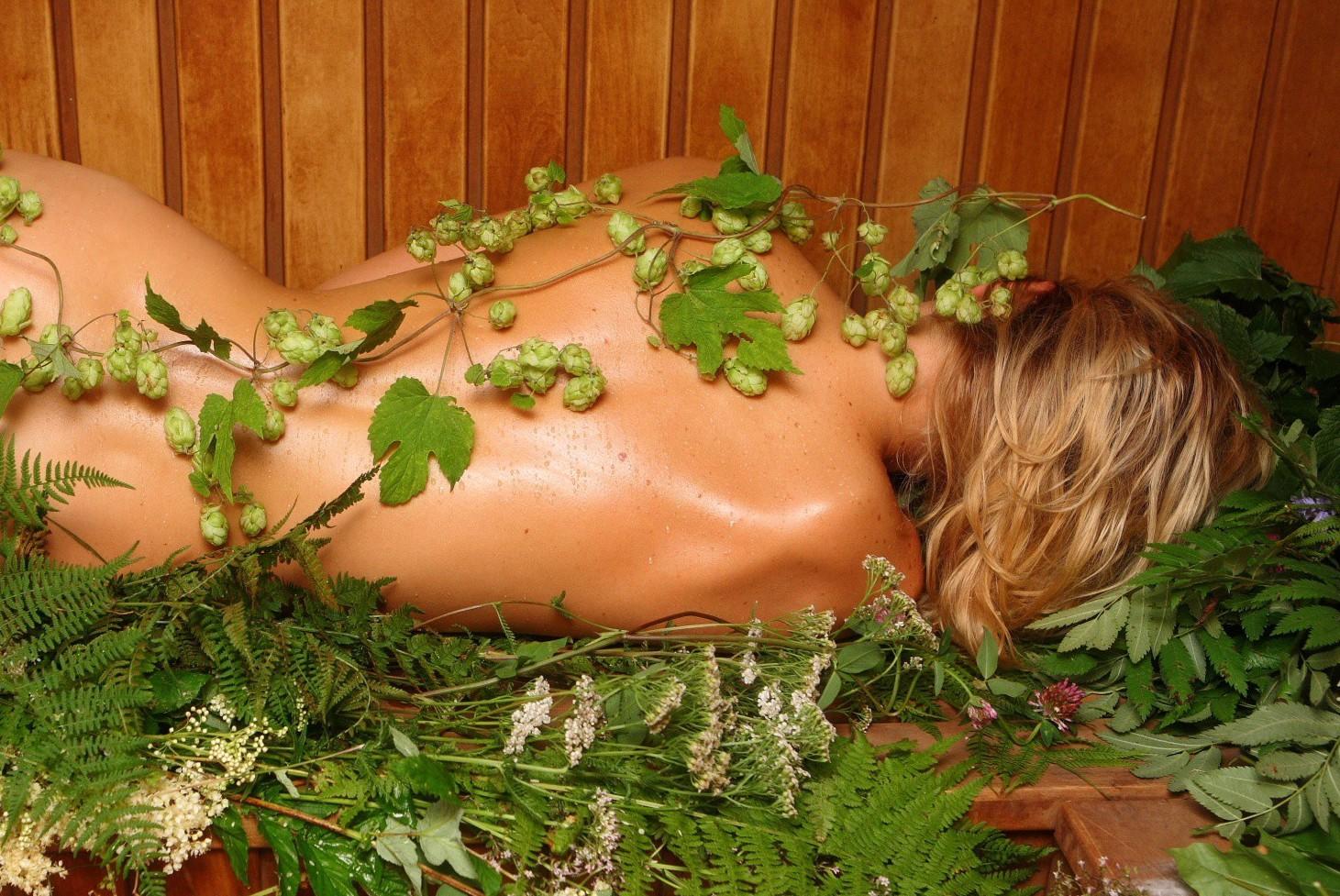 девушка в бане и травы