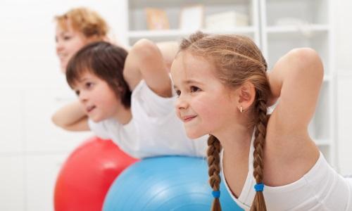 дети занимаются гимнастикой