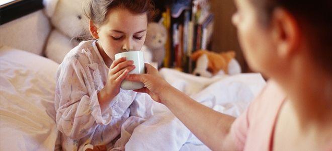 мама дает ребенку чай