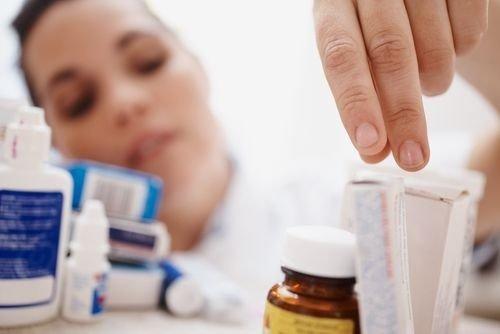 девушка достает лекарства