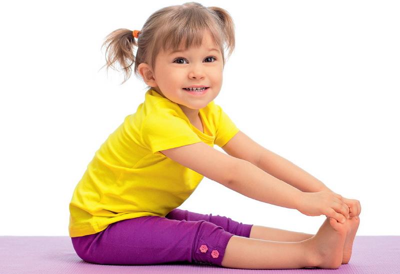 девочка занимается физкультурой