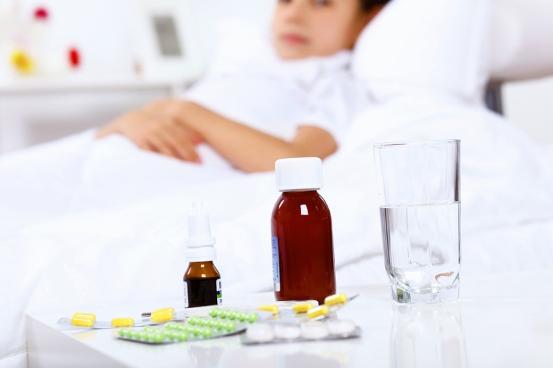 лекарства у постели больного ребенка