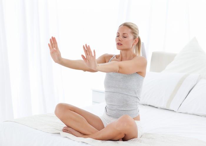 девушка занимается дыхательной гимнастикой