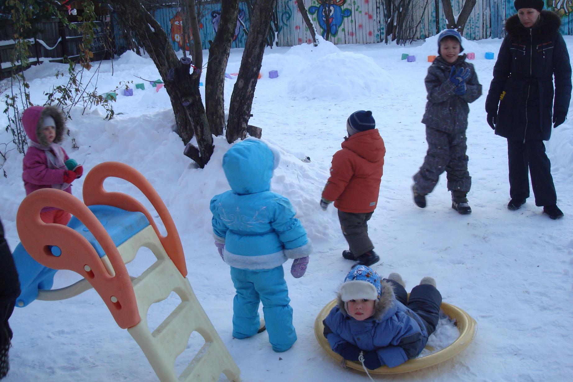 дети играют на площадке зимой