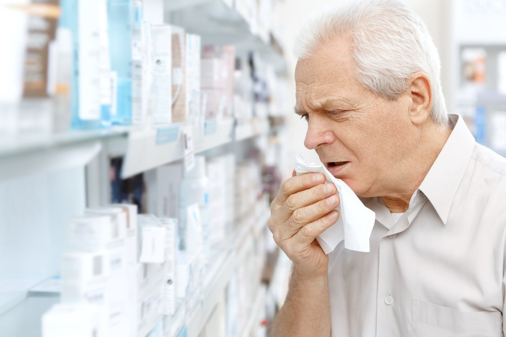 мужчина кашляет на фоне лекарств